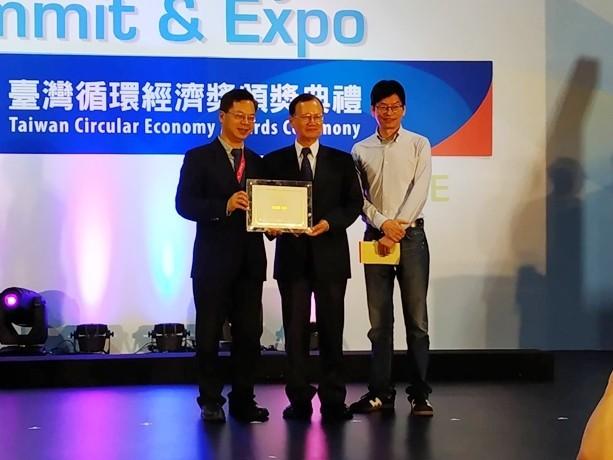 台糖副總經理洪火文(中)代表到北部接受台灣循環經濟產品銀獎的頒發。(記者王俊忠翻攝)