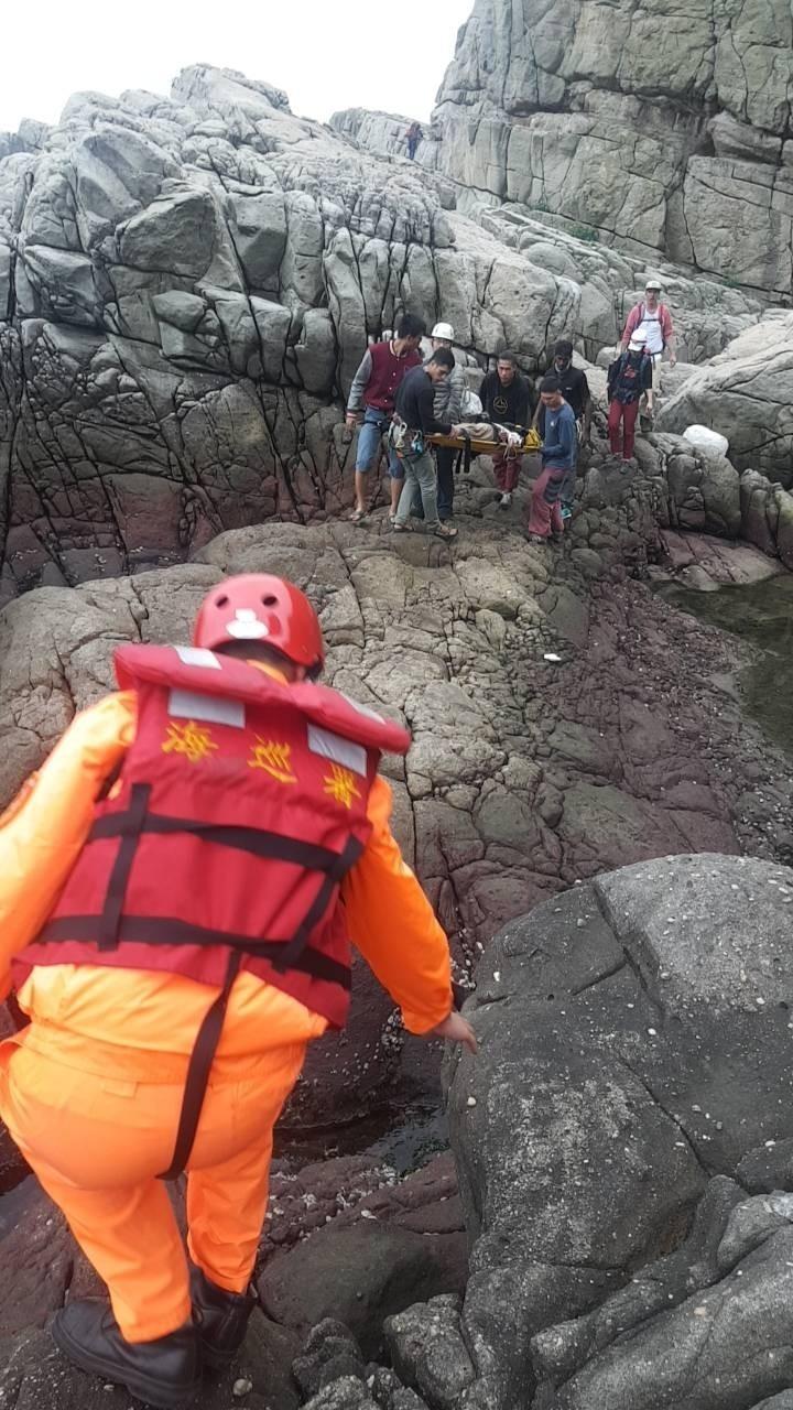 岸巡及消防隊員合力將女子抬出攀岩場,送醫救治。(記者吳昇儒翻攝)