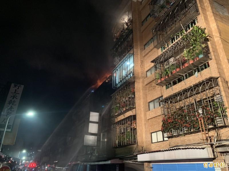 北市農安街公寓失火 警消救出3受困民眾