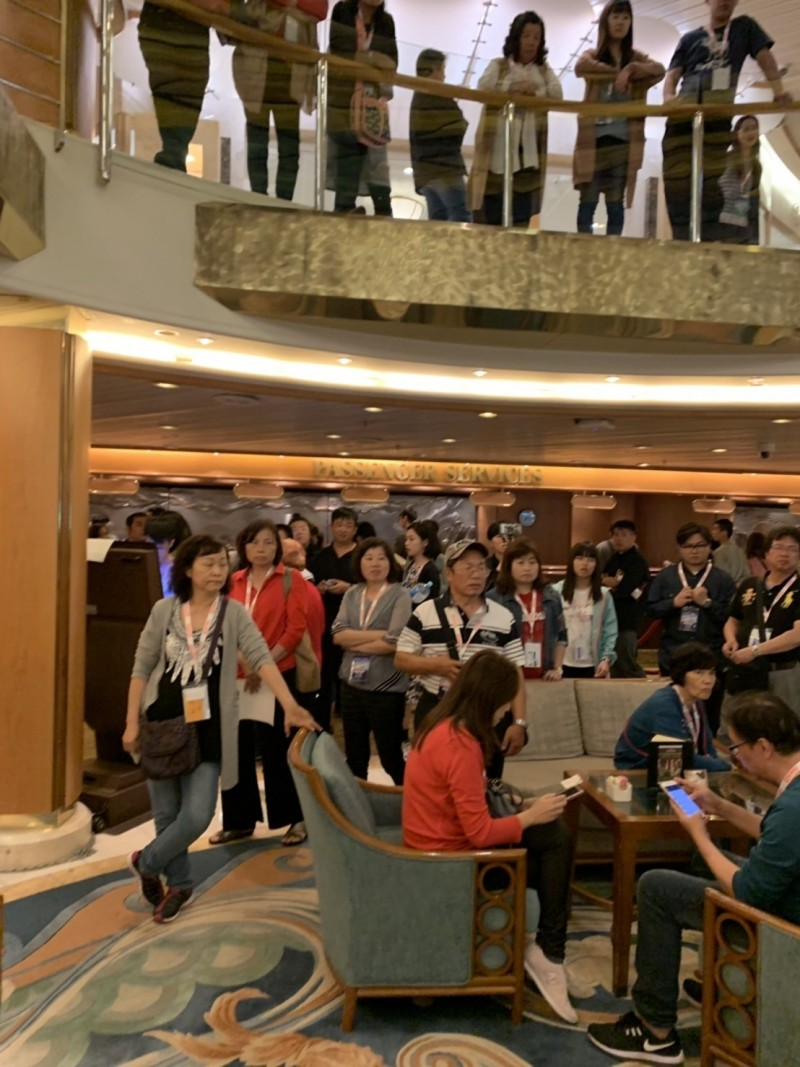 公主遊輪太陽公主號琉球、石垣島4天3夜行程延宕,旅客在船上集結要求業者說明。(記者林欣漢翻攝)
