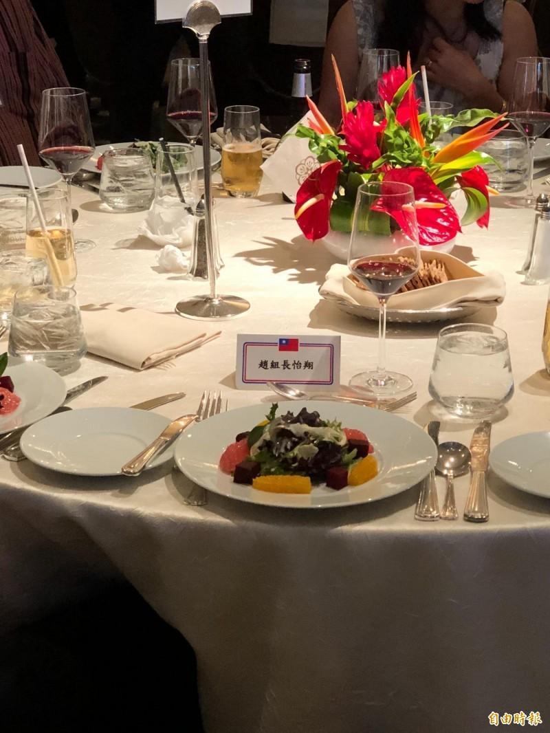 蔡英文總統在夏威夷時間26日晚間舉行僑宴,現場席開超過30桌,氣氛熱烈,原先桌次安排包括駐美代表處政治組組長趙怡翔,因現場媒體雲集,在擔心先前派任事件再度引起記者詢問,趙最後選擇缺席。(特派記者蘇永耀攝)