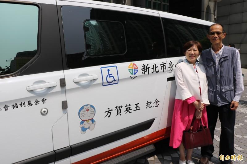 方復璠〈左〉與先生黃敦正一起出席捐贈復康巴士給新北市政府的儀式;捐贈的車身上貼著哆啦A夢貼紙,代表著對母親的懷念。(記者何玉華攝)