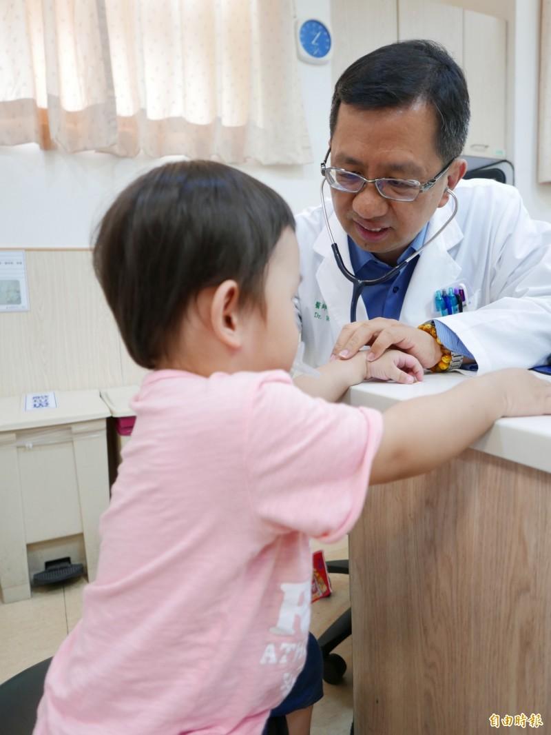 醫師吳漢屏指急診常見兒童誤食異物,提醒家長注意。情境照,圖中兒童與新聞事件無關。(記者蔡淑媛攝)