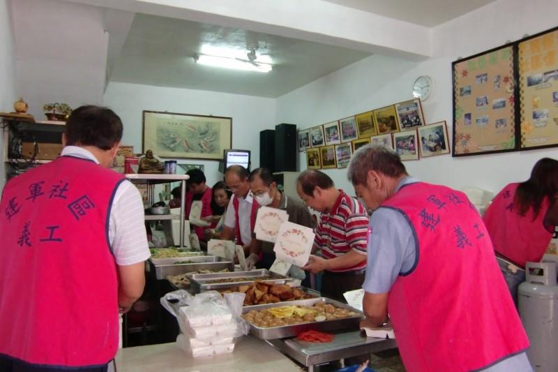 志工們幫忙配菜。(記者黃旭磊翻攝)