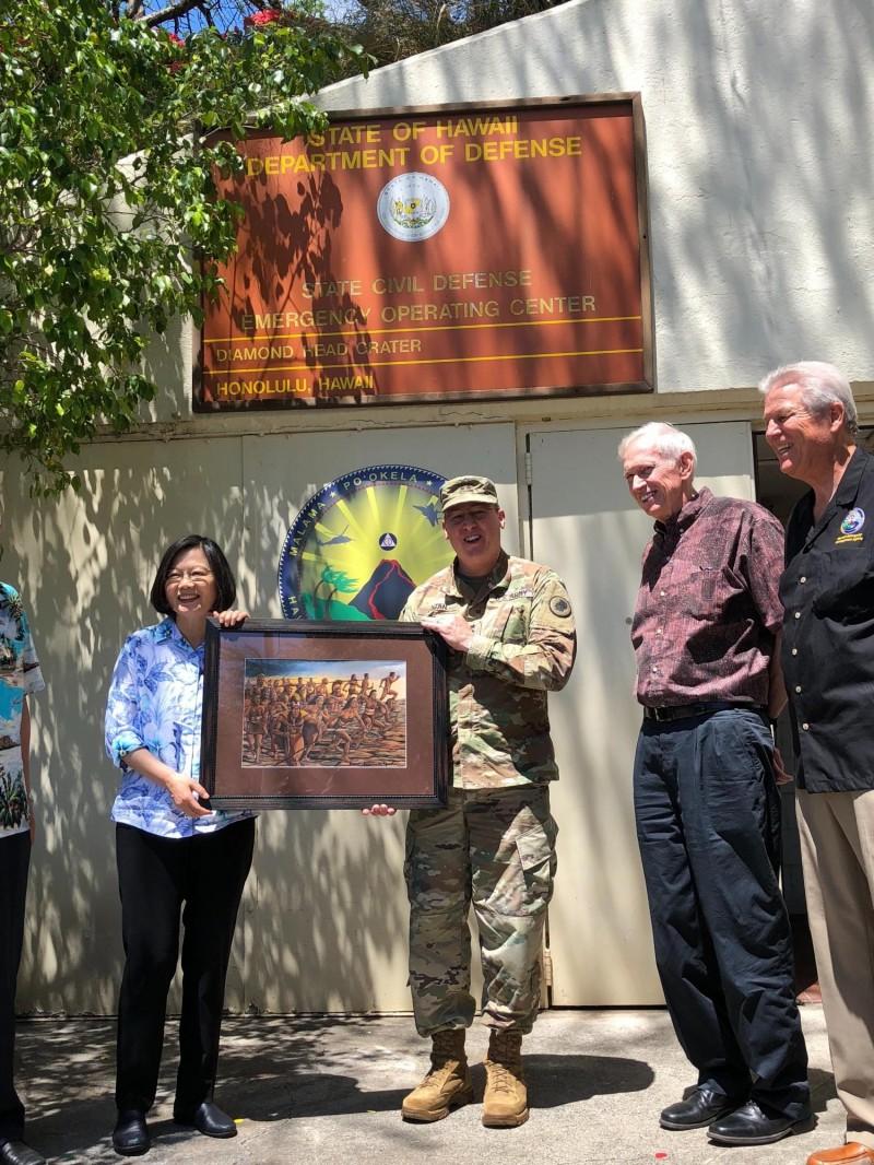 Arthur Logan少將贈蔡總統一幅畫作,主題為夏威夷原住民捍衛家園。(特派記者蘇永耀攝)