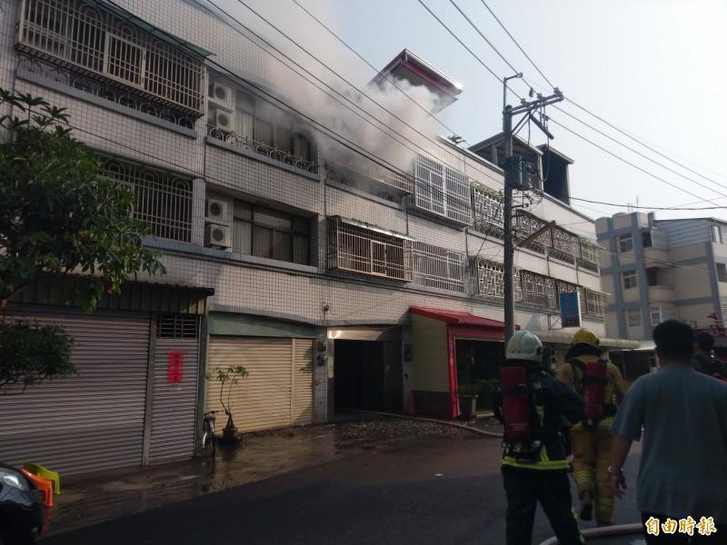 住宅3樓竄出濃濃白煙。(記者王善嬿攝)