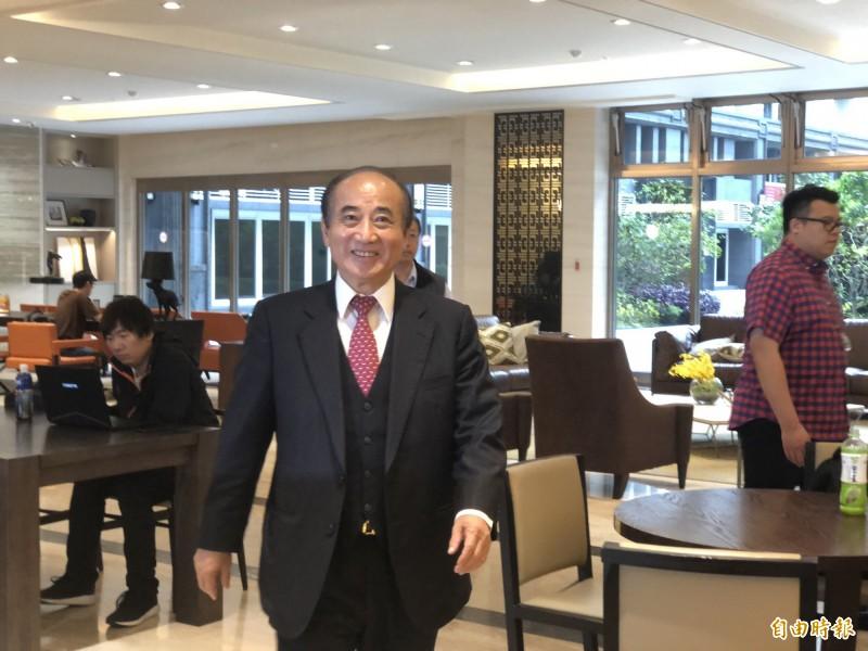 前立法院長王金平拜會前國民黨主席洪秀柱,因被大批媒體守候,王會前先到一樓受訪。(記者陳昀攝)