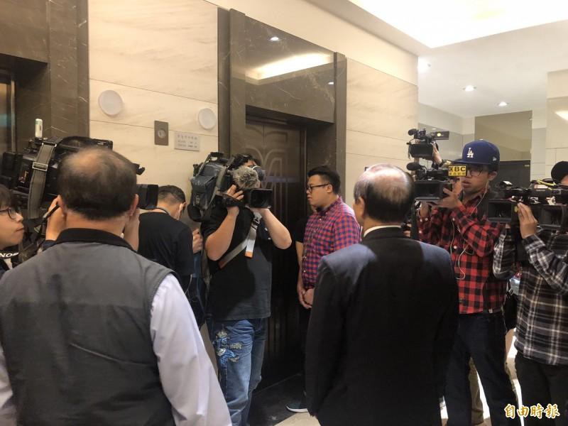 王金平等電梯時被大批媒體包圍。(記者陳昀攝)