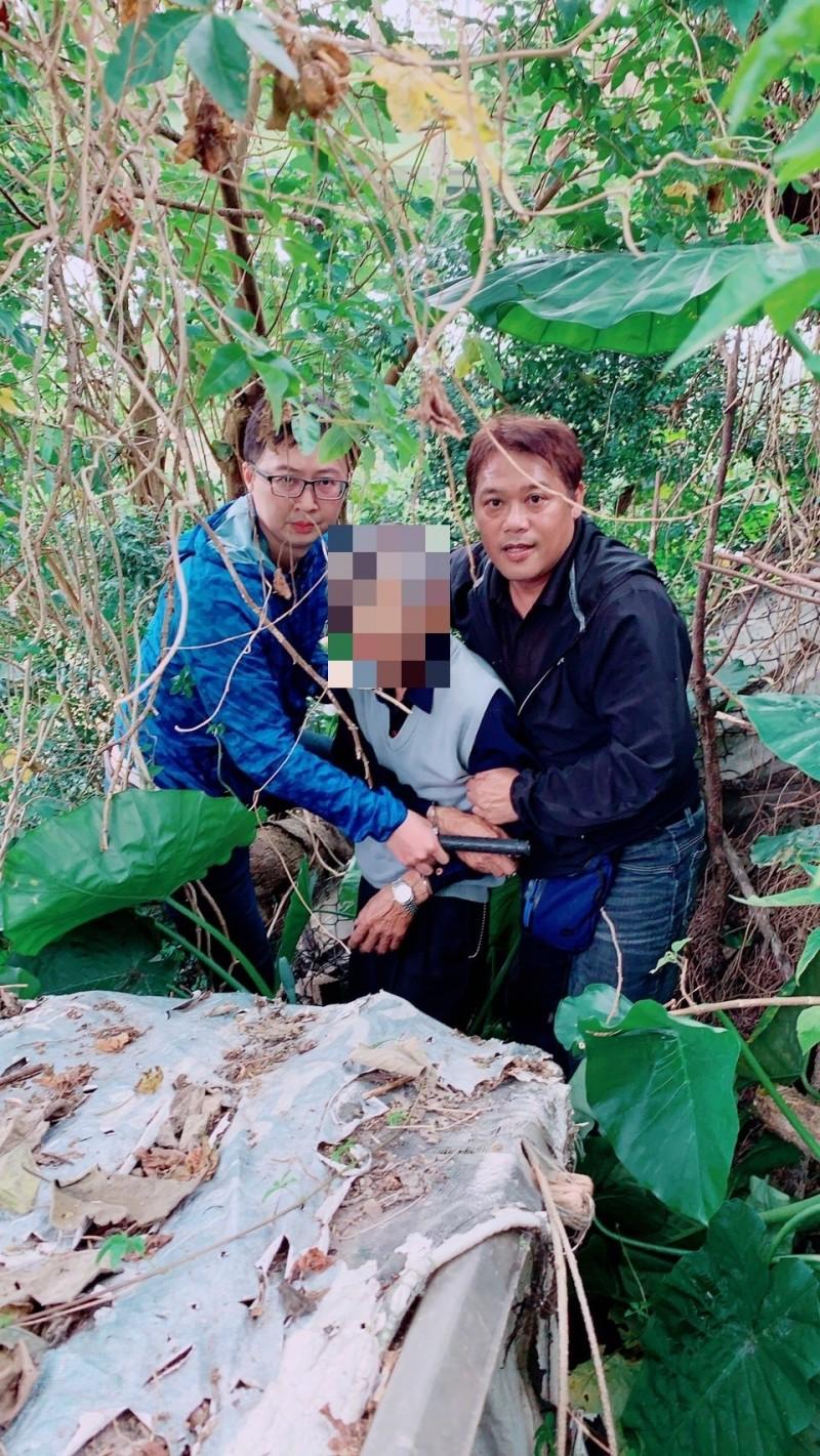 新北市樹林警分局專案小組逮獲行兇的嫌犯戴姓男子(中)。(記者吳仁捷翻攝)
