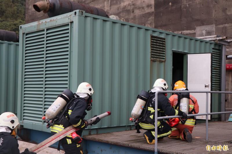 核一廠今實施例行緊急計畫演練,其中包括二號機油電類火災消防演練、接引生水管演練及啟動海嘯閘門演練。(記者周湘芸攝)