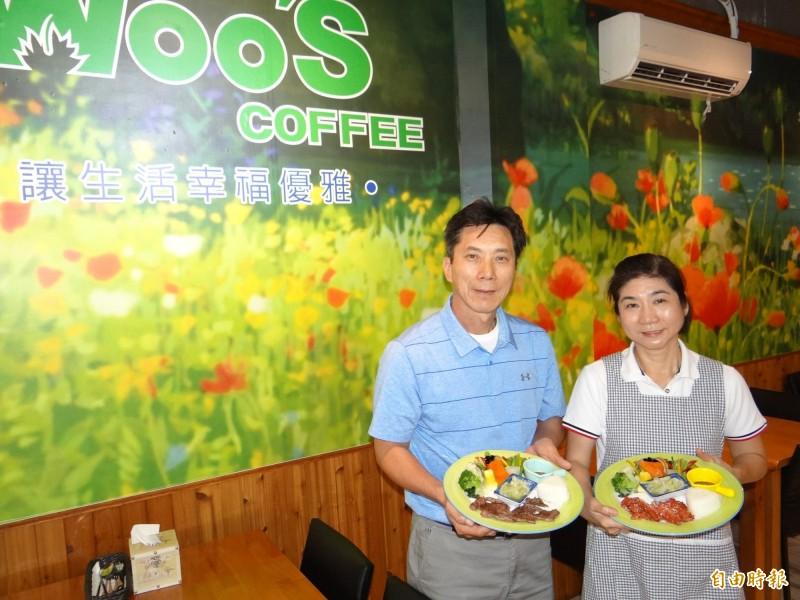 職棒退役球星洪正欽(左)與妻子張妙芬(右)回台南家鄉經營主打健康養生的套餐咖啡餐廳。(記者王俊忠攝)