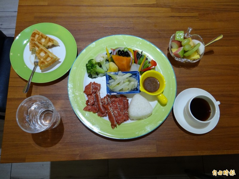 Woo'S coffee餐廳主打的健康養生套餐有主餐蔬菜盤、餐前水果、鬆餅與咖啡組合。(記者王俊忠攝)