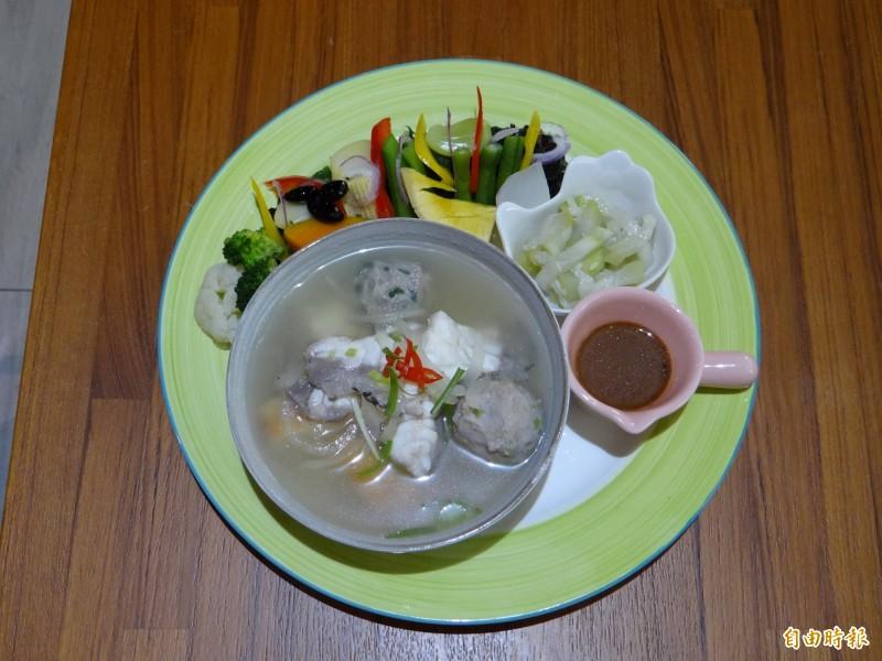 Woo'S coffee餐廳主打的健康養生餐有魚片湯主菜。(記者王俊忠攝)