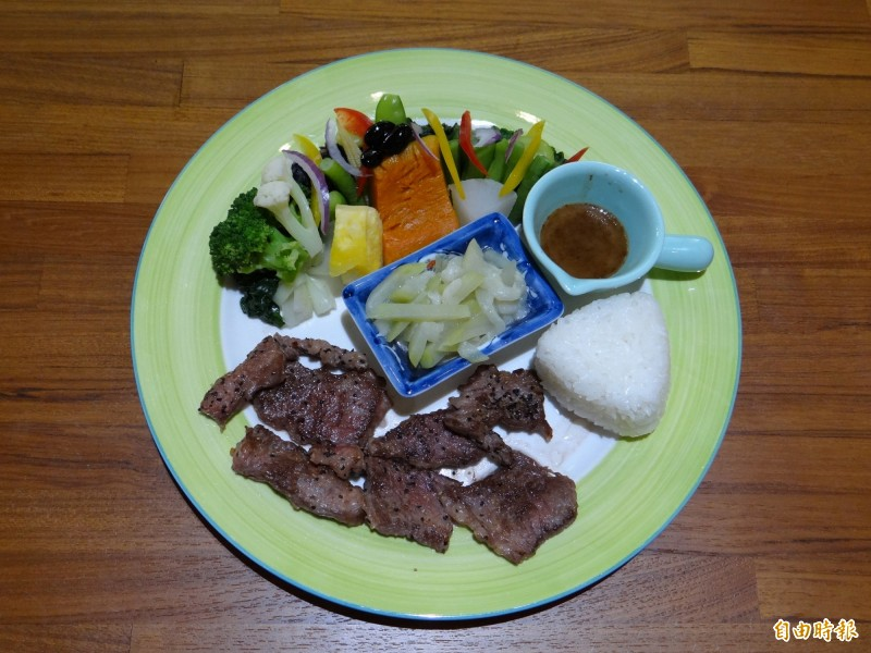 Woo'S coffee餐廳主打的健康養生餐有牛肉小煎主菜。(記者王俊忠攝)
