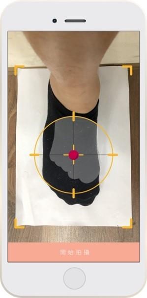 「履適步爽」Foot-Fitting系統,使用者只用手機需拍幾張足部影像上傳到系統,即可獲得最適穿的鞋碼及版型。(中華創新發明學會提供)