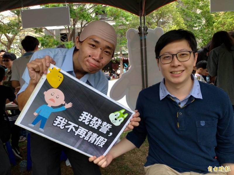 桃園市議員王浩宇(右)今現身高雄好過日舉辦市集活動。(記者王榮祥攝)