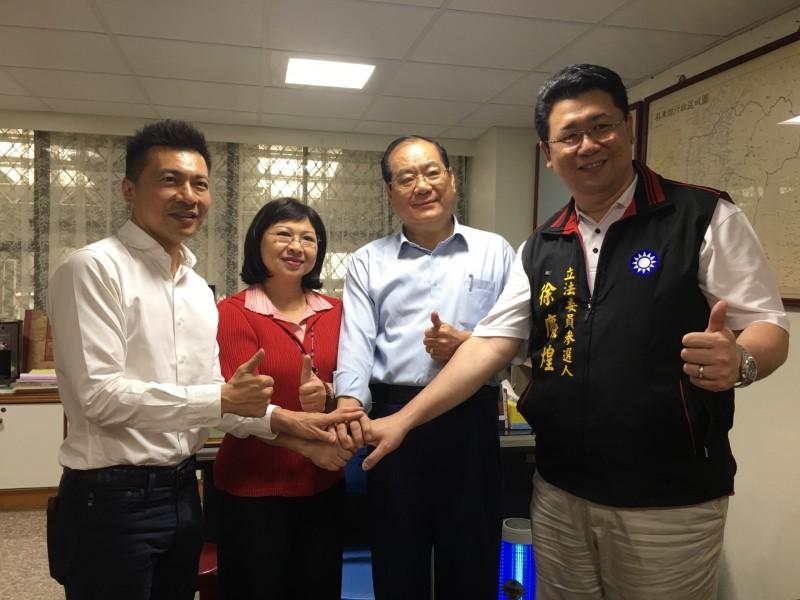 國民黨整合成功,高雄市社會局長葉壽山(左1)將回屏東參選立委。(國民黨縣黨部提供)