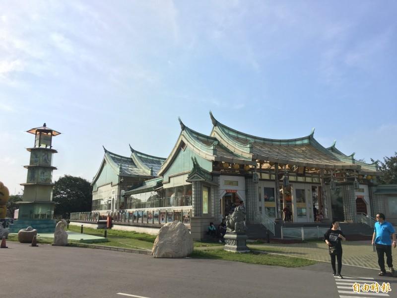 全國獨一無二的台灣玻璃廟。(記者劉曉欣攝)