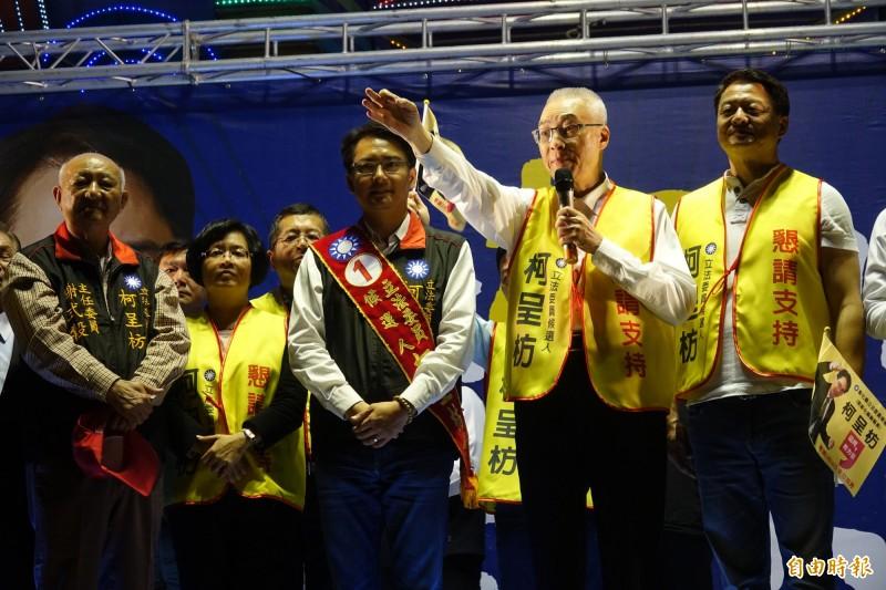 國民黨主席吳敦義才剛結束立委補選輔選,隨即安排行程到鹿港玻璃廟參香。(資料照)
