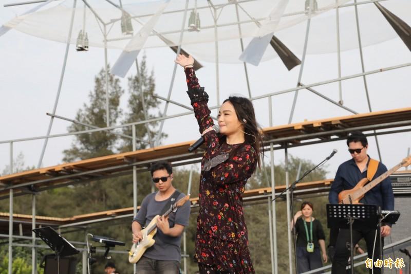 「漁光島藝術節」開幕演唱會,邀請金曲獎最佳女歌手徐佳瑩開唱。(記者洪瑞琴攝)
