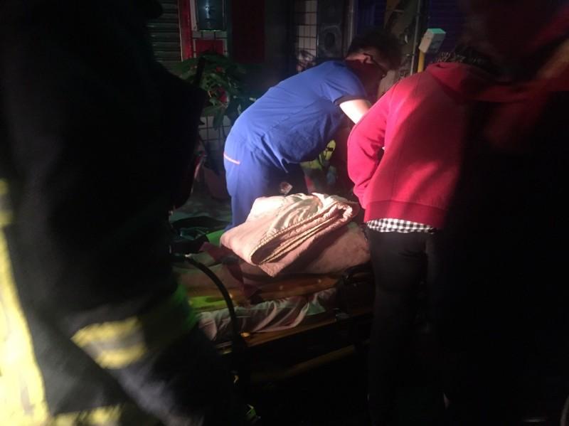 清水區一處三樓透天厝發生火災,警消趕往現場救災。(記者歐素美翻攝)