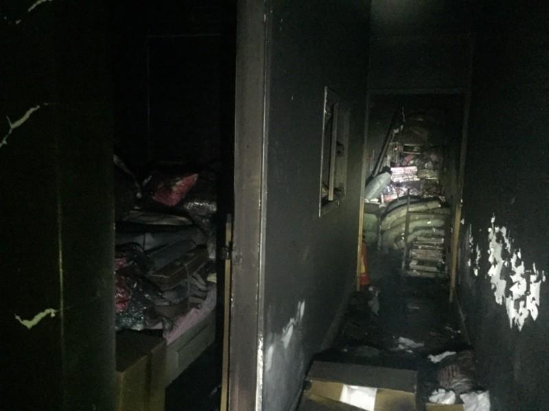 清水區一處三樓透天厝發生火災,屋內幾乎全被薰黑。(記者歐素美翻攝)