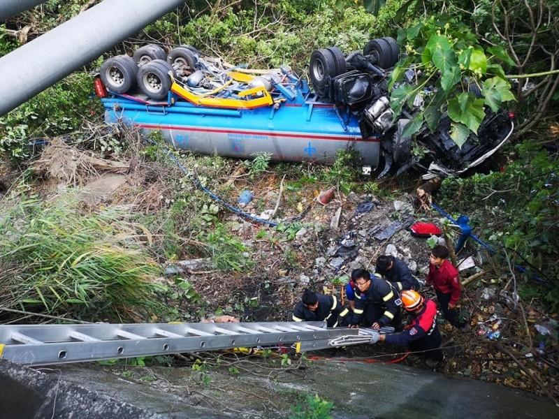 油罐車對撞千萬超跑翻落山谷,警消救援。(記者蔡宗憲翻攝)