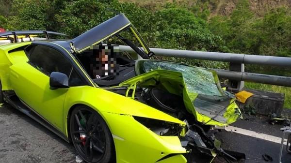 油罐車對撞千萬超跑「藍寶堅尼」翻落山谷,超跑駕駛一度受困車內。(記者蔡宗憲翻攝)