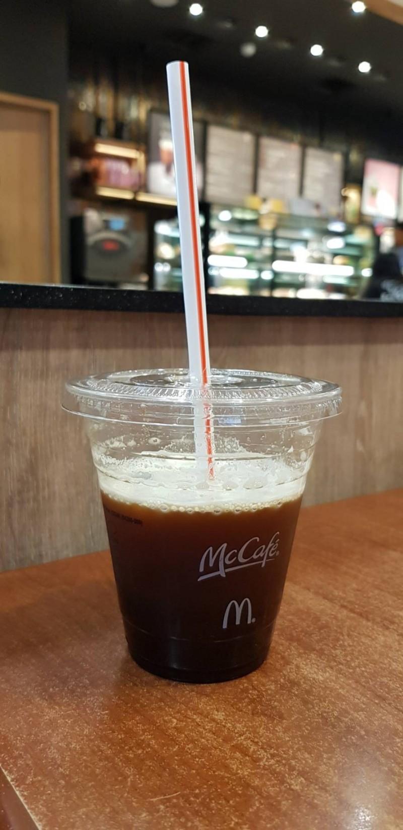 麥當勞近來推出新的甜心卡,將原有冰咖啡換成特選黑咖啡,民眾點少冰差很大。 (記者陳文嬋翻攝)