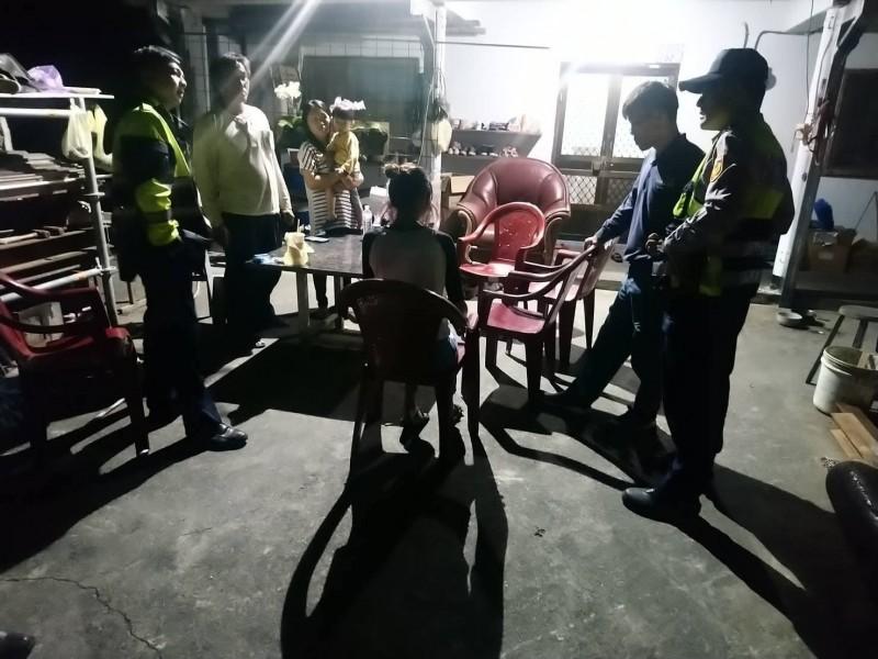 蔡姓青少女縫合傷口後,與家人回到現場,在警方陪同下,與比特犬飼主協調賠償事宜。(記者王秀亭翻攝)