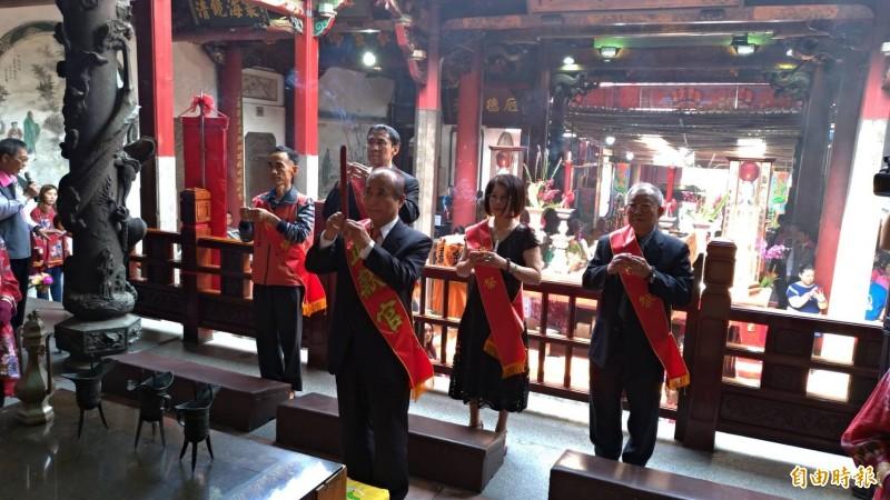 前立法院長王金平(前持香者)到台南全台祀典大天后宮參加春祭媽祖大典。(記者王俊忠攝)
