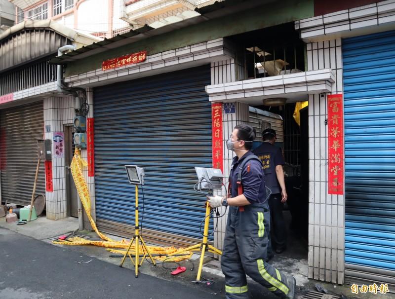 消防局火災調查科人員進出火場調查。(記者歐素美攝)