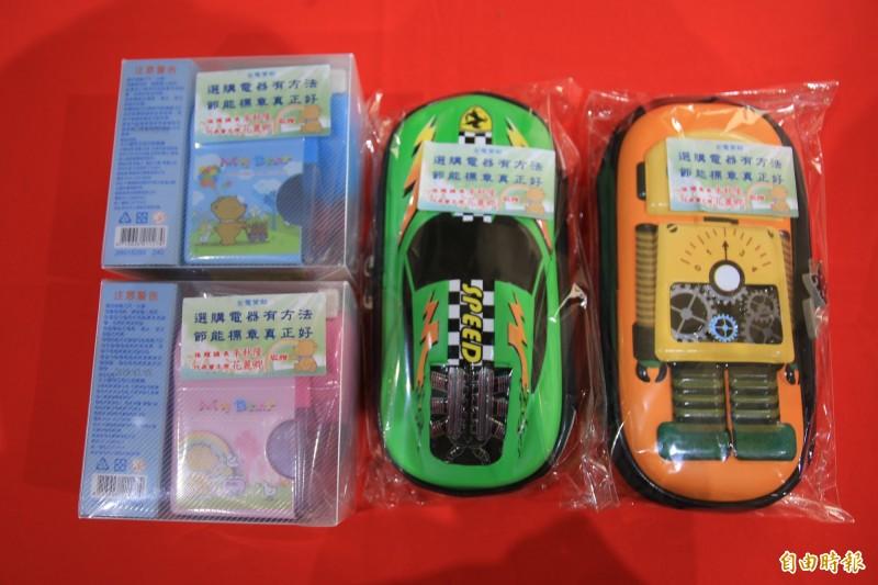 後龍鎮公所今年兒童節禮豐富,幼兒園及國小一二年級收到造型筆袋,國小三至六年級則是實用削鉛筆機。(記者鄭名翔攝)