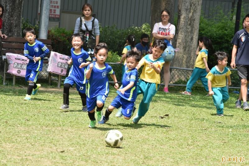 「第一屆社皮小皮球幼兒足球賽」,小朋友奮力在場上奔跑踢球。(記者歐素美攝)