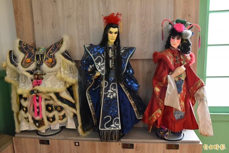 台灣首場偶衣大師作品聯展在雲林袋戲館舉行,今天開展吸引許多民眾前往參觀。(記者黃淑莉攝)