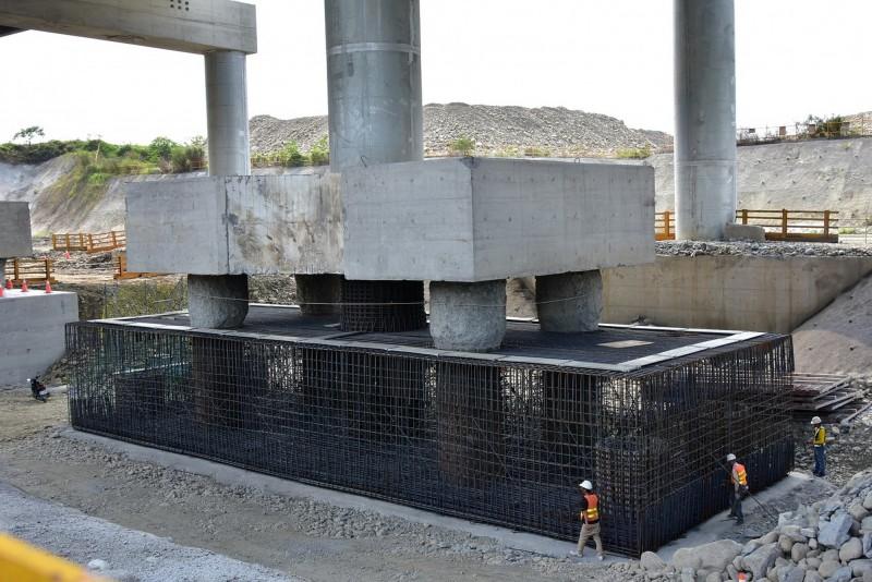 台63線烏溪橋P41至P47橋樑改善工程施工現場。(台中市政府建設局提供)