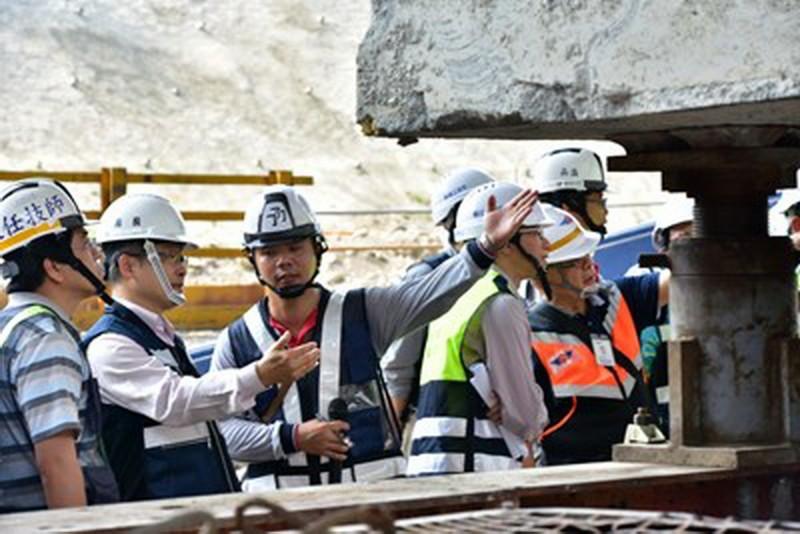 台中市政府建設局觀摩台63線烏溪橋換墩工程。(台中市政府建設局提供)
