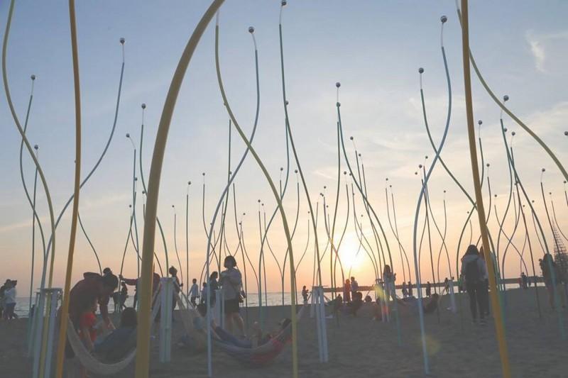 2019漁光島藝術節成為台南熱門的打卡景點,圖為作品「虹樹林」。(擷取自黃偉哲臉書)