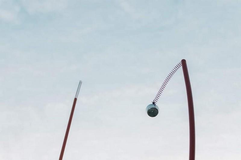 「虹樹林」部分作品上方的球體與彈簧掉落。(擷取自網路)