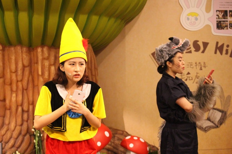 台中市警局自創「小木偶」戲劇,宣導網路交友安全。(記者張瑞楨翻攝)