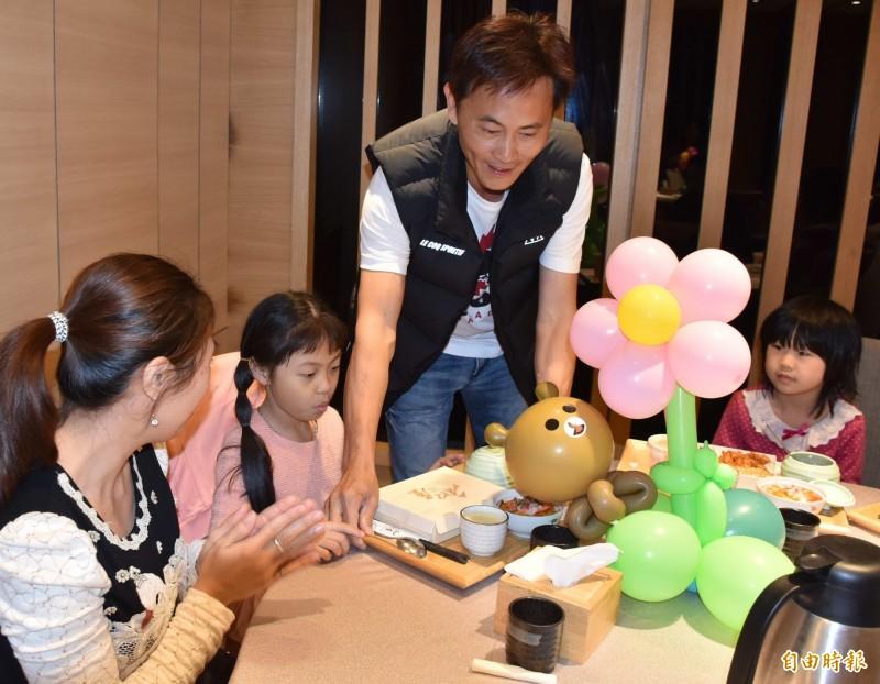 日式料理餐廳老闆黃鴻圖40年前曾是家扶中心扶助兒,今天招待家扶中心兒童前來享用大餐。(記者湯世名攝)