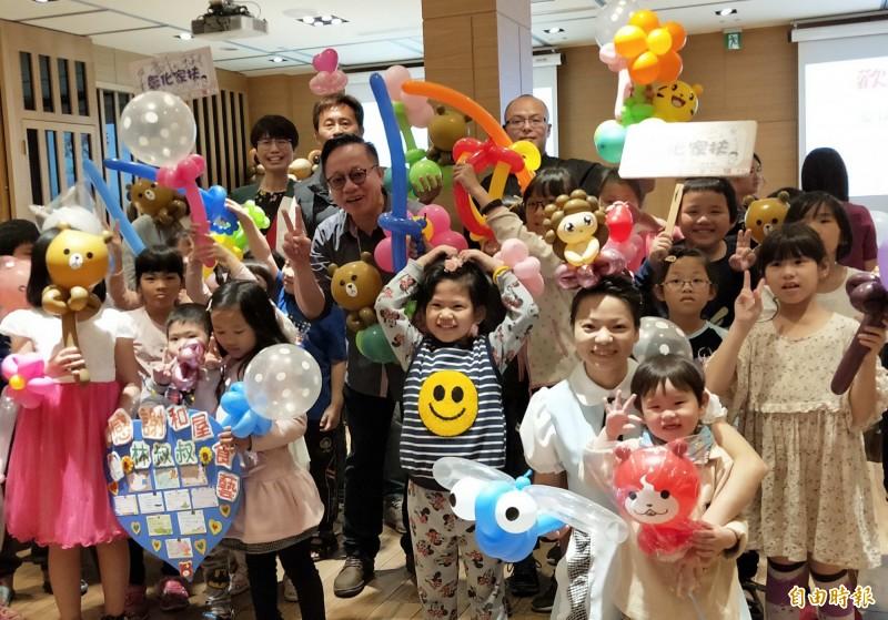 彰化家扶中心50名受扶助的親子,今天受邀吃日式料理,暖心又暖胃。(記者湯世名攝)