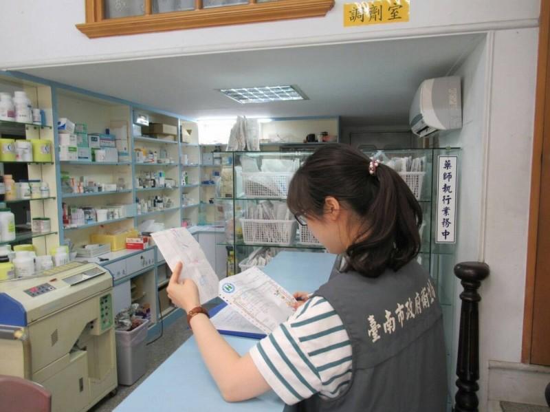 南市衛生局對全市藥局進行年度普查。(記者王俊忠翻攝)