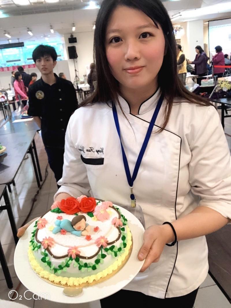 台北城市科技大學烘焙學程的楊詠帆裝飾奶油蛋糕,以植物與花為主題,不疾不徐擠出藤蔓、樹枝、櫻花、山茶花等造型,拿下新北市技能競賽金牌。(圖由城市科大提供)