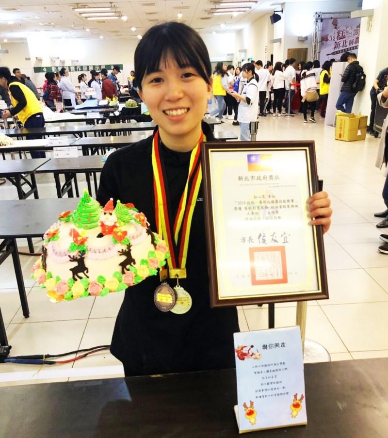 台北城市科技大學烘焙學程的大一生彭心柔裝飾奶油蛋糕,以聖誕節為主題,讓蛋糕有翠綠紅色橙黃,各色繽紛充滿童話世界的想像力,拿下新北市技能競賽金牌。(圖由城市科大提供)