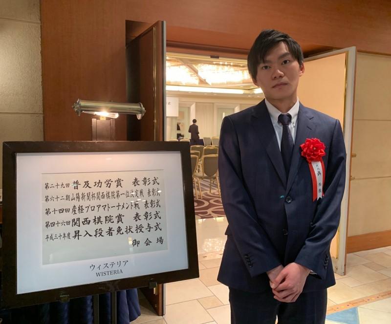 旅日棋士吳柏毅,靠自己努力,獲得關西棋院晉升職業棋士五段殊榮。(記者張勳騰翻攝)