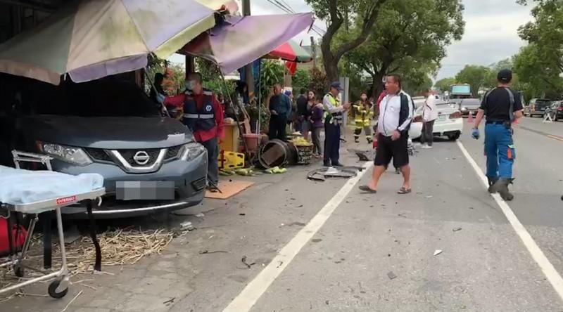 白色自小客車與深藍色休旅車擦撞後,休旅車衝進甘蔗攤。(台灣國際緊急救難總隊提供)