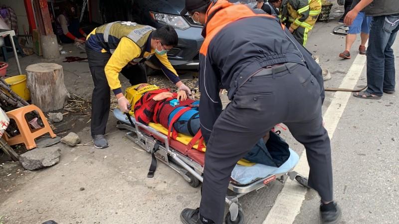 警消合力將人救出送醫。(台灣國際緊急救難總隊提供)