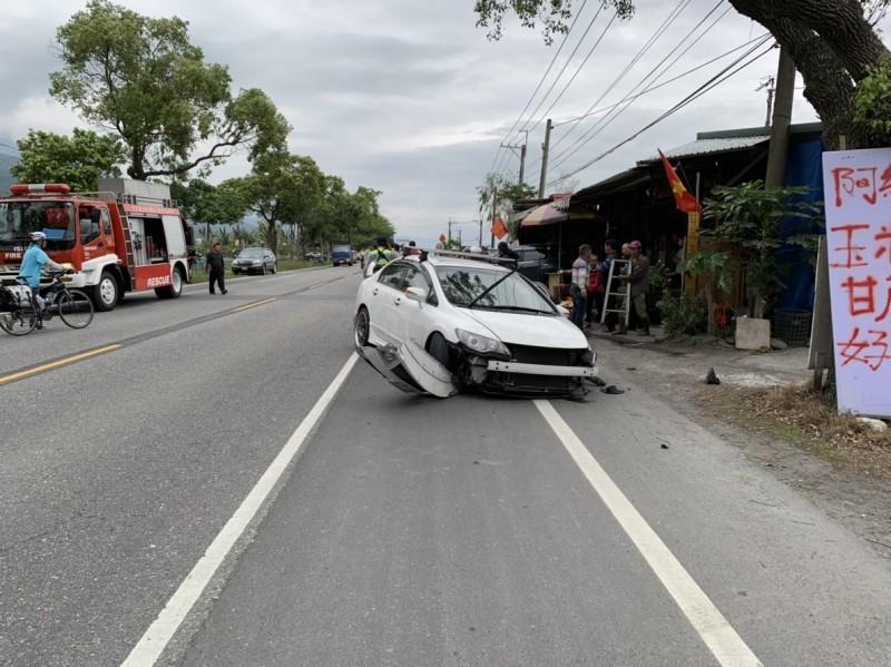 發生擦撞事故的白色自小客車車損嚴重,車上駕駛與乘客皆受輕傷送醫。(台灣國際緊急救難總隊提供)