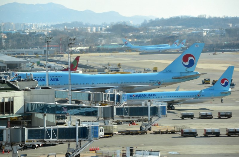 大韓航空將停止在提供花生作為客艙點心。圖為停靠在首爾金浦機場登機口的韓航客機。(法新社)